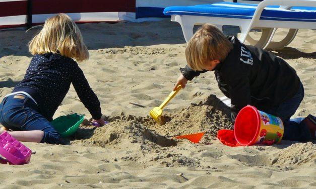 Kinder entdecken spielend die Welt