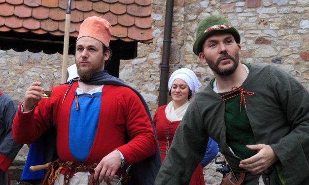 Historische Darsteller zeigen Alltagsgegenstände und Prachtstücke