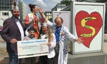 Spendenscheck für die Clown Doktoren