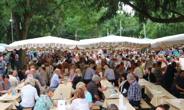 """<span class=""""entry-title-primary"""">Perfekte Gelegenheit zum Genießen und Entspannen</span> <span class=""""entry-subtitle"""">Laubenheimer Rebblütenfest im Park vom 13. bis 16. Juli</span>"""