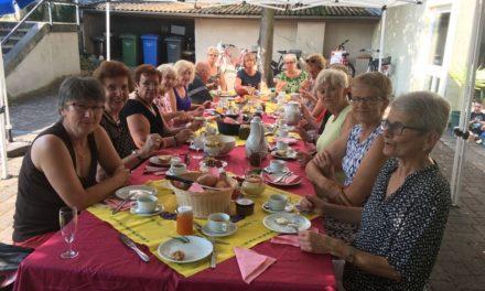 Gemeinsames Frühstück unterm Lindenbaum im Hof des katholischen Gemeindehauses in der Untergasse