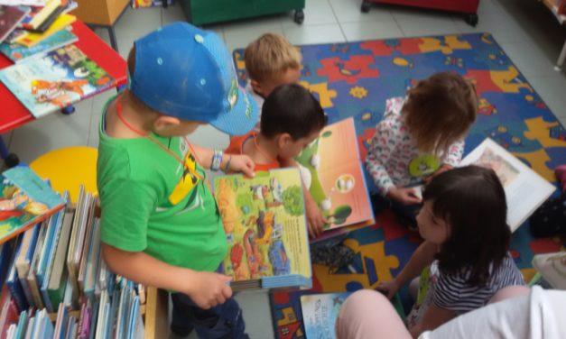 """<span class=""""entry-title-primary"""">Von Bildern und Geschichten fasziniert</span> <span class=""""entry-subtitle"""">Kinder der Kita St. Laurentius machten sich mit der Öffentlichen Bücherei der Pfarrgemeinde vertraut</span>"""