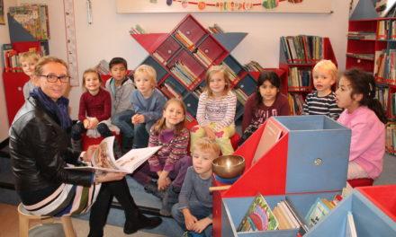 Bürgermeisterin Stang liest Kindern vor
