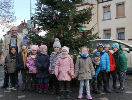 Kinder schmücken Weihnachtsbaum