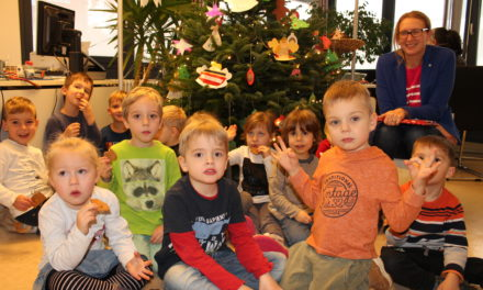 """<span class=""""entry-title-primary"""">Kreativität zum Nachbasteln</span> <span class=""""entry-subtitle"""">Kita St. Peter und Paul schmückt Weihnachtsbaum im Bürgerbüro</span>"""
