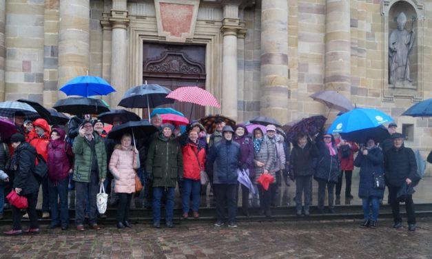 Mit Regenschirmen vor dem Dom in Fulda