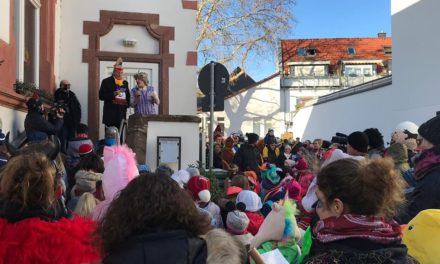 """<span class=""""entry-title-primary"""">Kinder stürmen Rathaus</span> <span class=""""entry-subtitle"""">Bis zur Dunkelheit wurde gesungen und getanzt nach der Einnahme des Ebersheimer Rathauses</span>"""