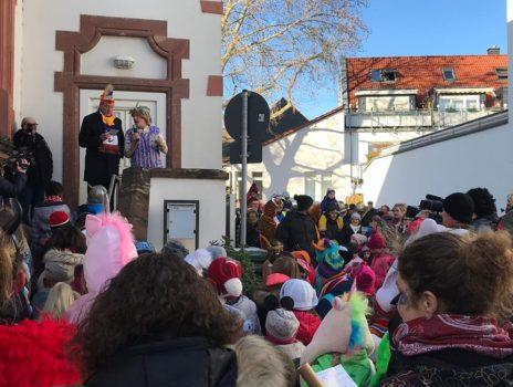 Kinder stürmen Rathaus