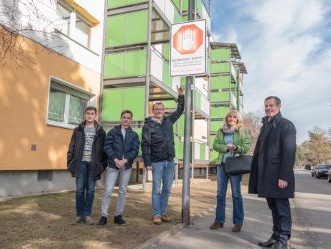 Beschilderung weist auf Eltern-Haltestelle für Alexander-von-Humboldt-Schule hin