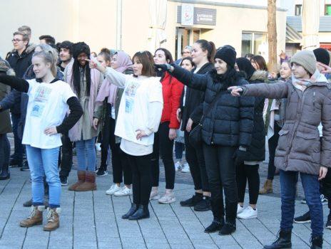 Tanzaktion gegen Gewalt an Frauen auf dem Gemeindeplatz