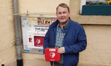 Neuer Defibrillator im Rathaushof der Stadt Nierstein installiert