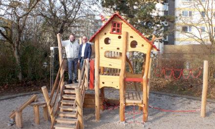"""<span class=""""entry-title-primary"""">Ein Haus, ein kunterbuntes Haus….</span> <span class=""""entry-subtitle"""">Neue Spielgeräte in der Gustav-Stresemann-Anlage</span>"""