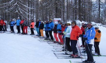 Skiclub-Skifahrer in den Dolomiten