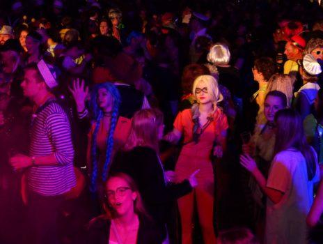 Meerjungfrauen und Kapitäne feiern Altweiber-Fastnacht