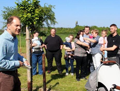 Neue Bäume für die Kinderstreuobstwiese