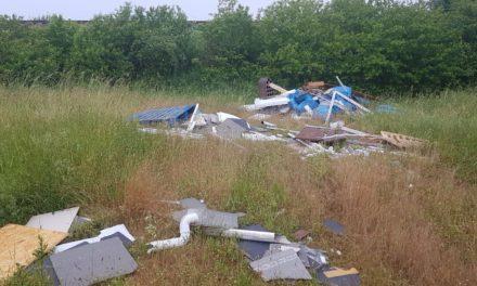 21 Tonnen Müll und Erde: Unbekannte verunreinigten Feld