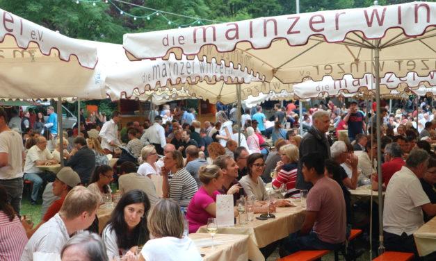 """<span class=""""entry-title-primary"""">Rebblütenfest – Das Weindorf im Park</span> <span class=""""entry-subtitle"""">Perfekte Gelegenheit zum Genießen vom 19. bis 22. Juli</span>"""