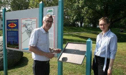 Planetenweg wieder vollständig: Zwei Bronzetafeln erneuert