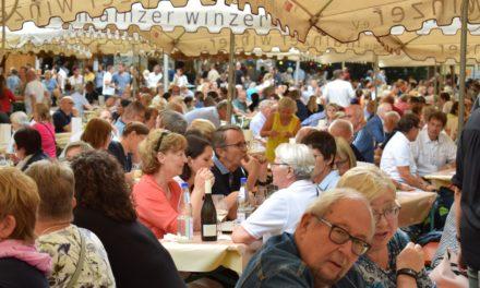 """<span class=""""entry-title-primary"""">Stimmungsvoller Auftakt bei königlichem Wetter</span> <span class=""""entry-subtitle"""">Gleich 5 Weinmajestäten bei der Eröffnung zum 46. Rebblütenfest</span>"""