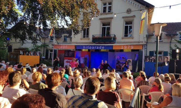 """<span class=""""entry-title-primary"""">Sommer / Sonne / 79</span> <span class=""""entry-subtitle"""">Landestheater Dinkelsbühl begeistert Publikum im Stadtpark von Nierstein</span>"""