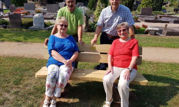 Hilde Trabold stiftet Bank für den Friedhof in Nierstein