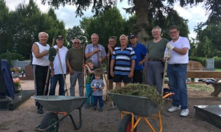Künftige Bürgermeisterin Barbara Krenzer dankt dem Friedhofsteam