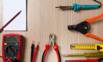 Bastler reparieren Kleingeräte im Mehrgenerationentreff