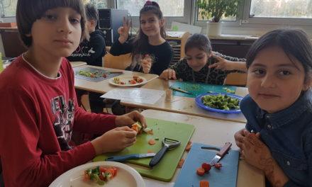 """<span class=""""entry-title-primary"""">Frisch auf dem Stundenplan: Ausgewogene Ernährung und Artenvielfalt</span> <span class=""""entry-subtitle"""">Schüler entdecken in der Lidl-Fruchtschule, wie wichtig und lecker täglicher Gemüse- und Obstverzehr ist </span>"""