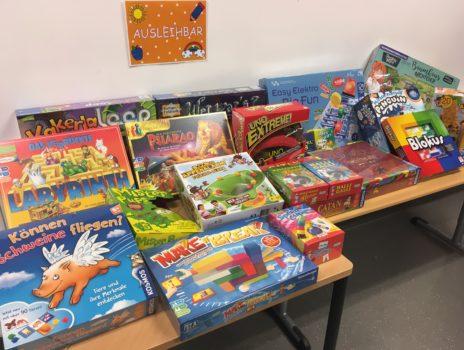 Betreuung an der Heiligenstockschule gewinnt Spielwarenpaket