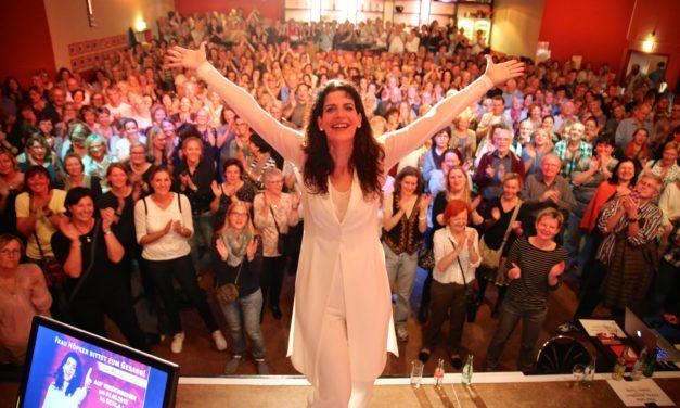 Frau Höpker bittet zum Gesang: am 22. November im Theater Rüsselsheim