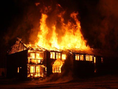 Advent, Advent – die Wohnung brennt