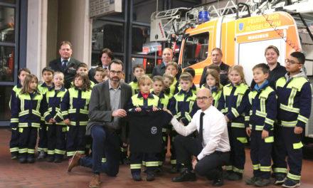 Stadtrat Kraft bei der Kinderfeuerwehr: Poloshirts für den Nachwuchs