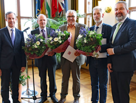 Zwei Stadtwappen und ein Landesehrenbrief an verdiente Rüsselsheimer Bürger verliehen