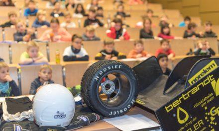 100 Kinder interessieren sich für die Entstehung eines Rennwagens