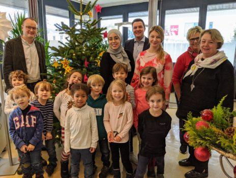 Glückskinder schmücken Weihnachtsbaum im Bürgerbüro
