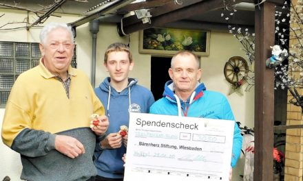 """<span class=""""entry-title-primary"""">Daubitz und sein """"Weihnachtshaus""""</span> <span class=""""entry-subtitle"""">Neuer Rekord: 3.050 Euro für die Stiftung Bärenherz</span>"""