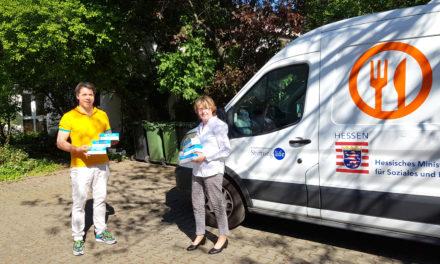 Bürgermeister Thies Puttnins-von Trotha übergibt Schutzmasken für ehrenamtliche Tafel-Helfer