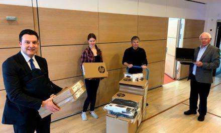 Bürgerstiftung: Laptops für Hofheimer Schüler an Schule übergeben
