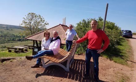 """Ehepaar Schmitt stiftet """"Waldsofa"""" für die Jäger-Roter Hang Hütte in Nierstein"""