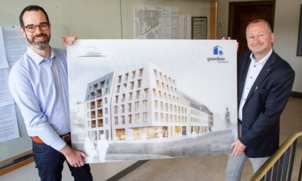 Foto vom künftigen Neubau am Friedensplatz ziert Rathausflur