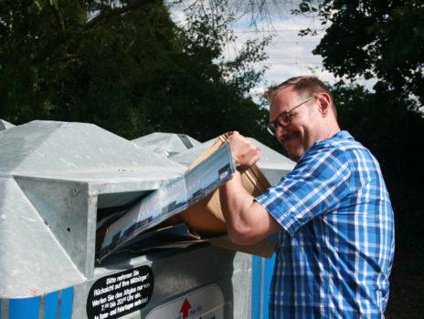 Ständig überfüllte Papiercontainer