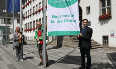 Rüsselsheim zeigt Flagge für eine Welt ohne Atomwaffen