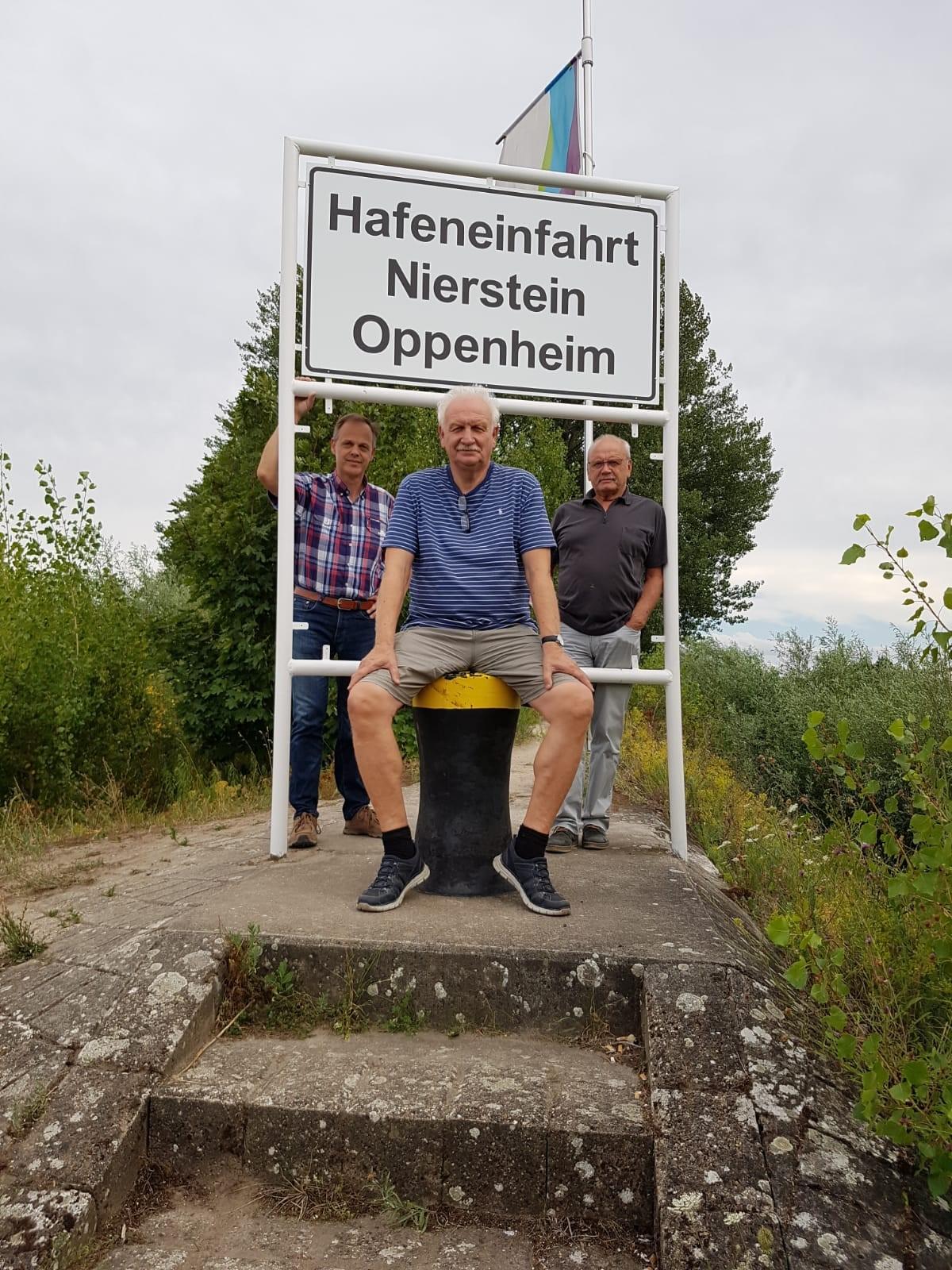 Foto (von links nach rechts): Stadtbürgermeister Jürgen Schmitt, Initiator Hans-Peter Hexemer, Stadtbürgermeister Walter Jertz