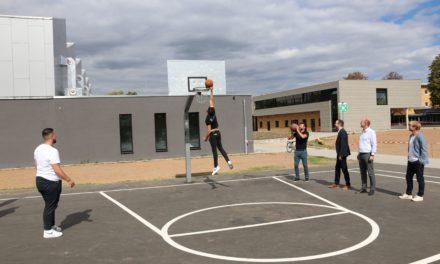 Auf Anregung von Jugendlichen Basketballfelder saniert