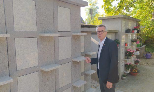 Neue Urnenwand aufgestellt – weiteres Urnenrasenfeld in Planung