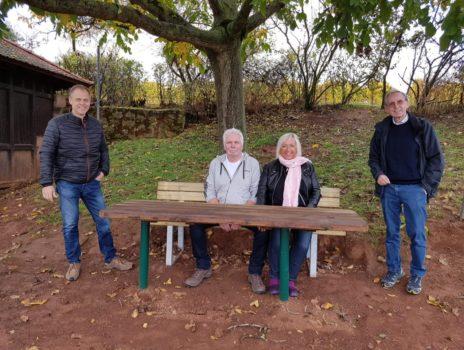 Gutsausschank Buhl stiftet Ruhebank für die Fockenberghütte in Nierstein