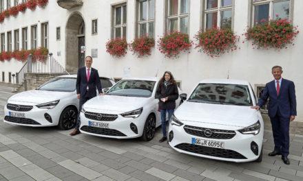 Drei Opel Corsa-e ergänzen städtischen Fuhrpark