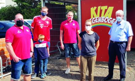 Spende des FC Bayern Fanclub Treue Rhein-Main Ginsheim an die Kita VI Regenbogen