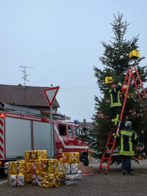 Minilöscher und Jugendfeuerwehr schmücken den Weihnachtsbaum