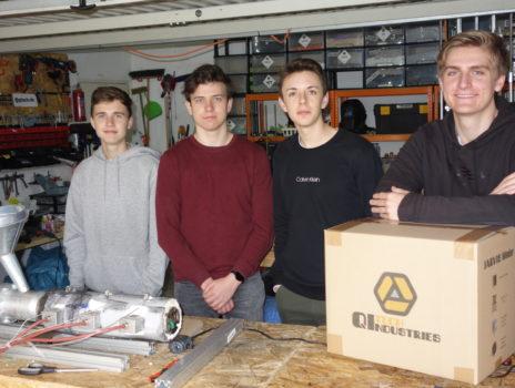 Vier junge Männer entwickeln High-Tech